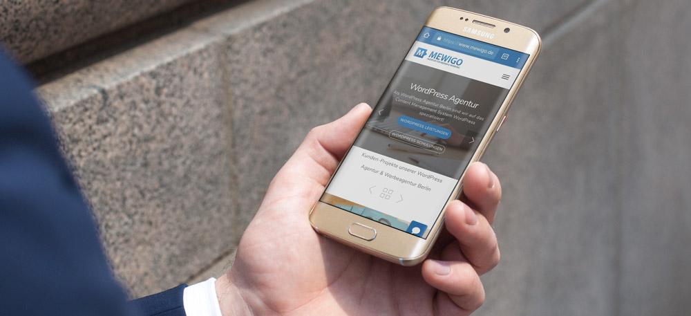 Die Webseite der Werbeagentur MEWIGO auf einem Smartphone.